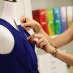 Moda sustentável! A marca brasileira que produz bolsas de guarda-chuva e jaquetas de restos de pneu