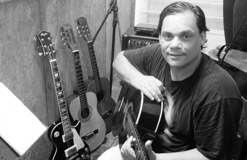 Que tal aprender violão e mudar vidas? Ex-morador de rua dá aulas por R$ 80/mês para alugar dormitório