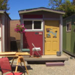 A vila de minicasas (construída por voluntárias) que vai abrigar mulheres em situação de rua nos EUA