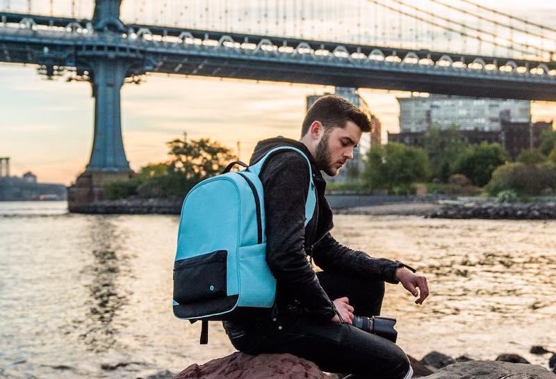 Marca americana cria mochila feita a partir de plástico retirado dos oceanos