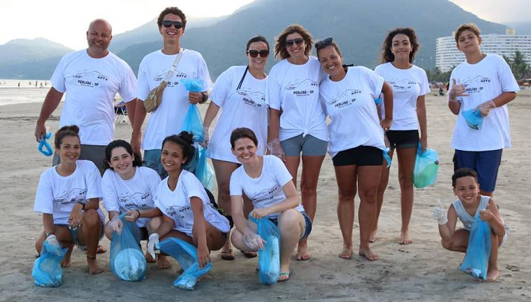 Famílias criam projeto que recolhe lixo de praias de Peruíbe (SP) voluntariamente