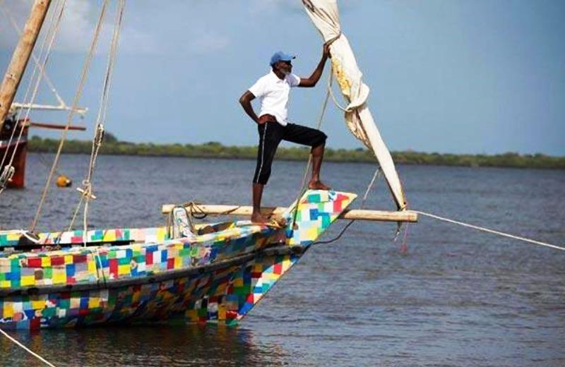 O barco 100% feito com plástico descartado no meio ambiente que navega conscientizando comunidades