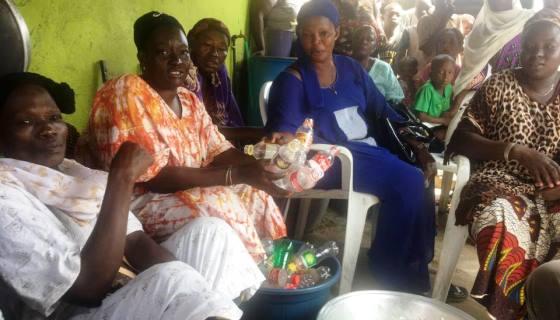 Mulheres catadoras são contratadas para coletar lixo plástico usado para fazer tijolos que constroem escolas na África