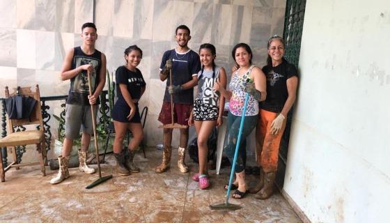 Refugiados venezuelanos ajudam brasileiros vítimas das chuvas em Minas Gerais