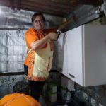 Em Curitiba, projeto social leva conforto térmico à família de baixa renda com caixinha de leite descartável