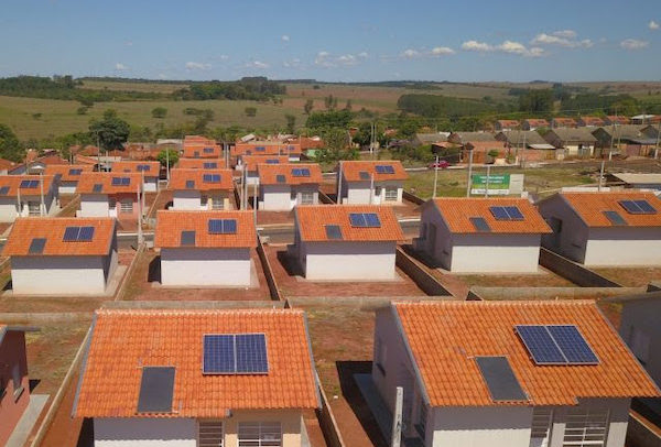Placas solares instaladas em casas da CDHU reduzem em até 70% o valor da conta de luz