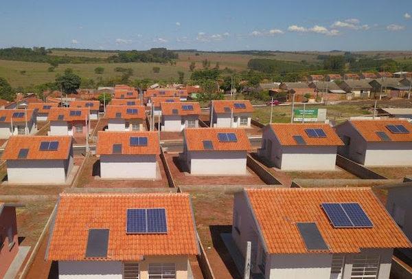 Placas solares instaladas em casas da CDHU reduzem em até 70% o valor da conta de luz