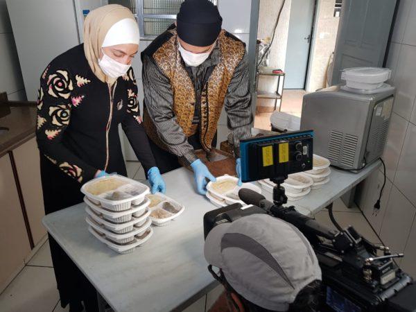 Refugiados sírios doam marmitas para idosos durante a pandemia em São Paulo