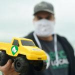 Brinquedos feitos a partir de plástico retirados do oceano são distribuídos a crianças de comunidades