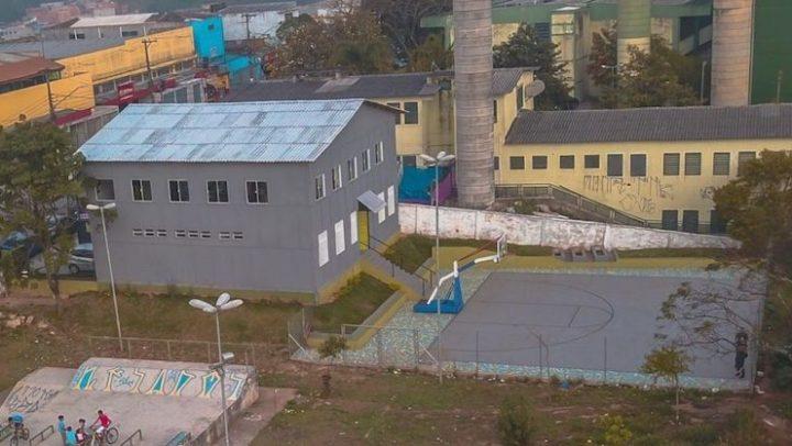 Voluntários constroem escola 100% sustentável na periferia de SP com 2.5 milhões de embalagens recicladas