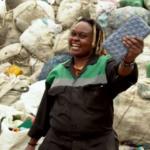 Startup capacita mulheres africanas para produzir tijolos feitos de plástico reciclado