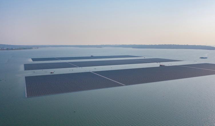 Ilhas de painéis solares flutuantes podem mitigar emissões globais de CO²