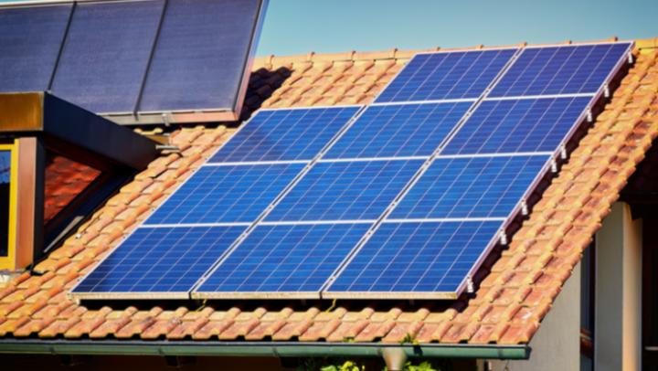 Painel solar garante economia de até 95% na conta de luz dos brasileiros e tem vida útil de mais de 25 anos